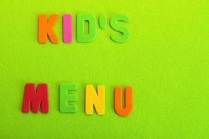 barnens menybokstäver kort på ljusgrön bakgrund foto