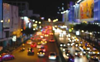 abstrakt bakgrund av bokehljus i trafikstockningen i staden foto
