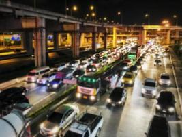 trafikstockning i bakgrunden för stadens nattljus foto