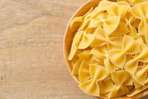 torr okokt farfalle pasta i skål foto