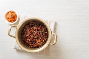 koreansk svart spagetti eller snabbnudel med rostad chajungsås foto