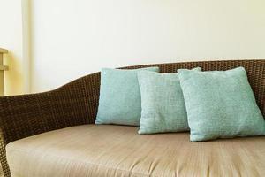 bekväm kuddedekoration på en uteplatsstol på balkongen foto