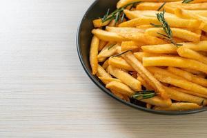 pommes frites eller potatischips foto