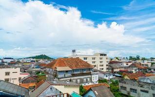 Songkla stadsutsikt med blå himmel och vik i Thailand foto