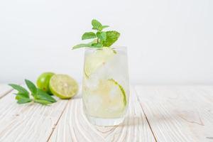 iced lime soda med mynta - uppfriskande drink foto