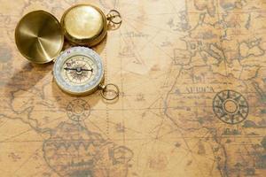 gammal kompass på vintage karta foto