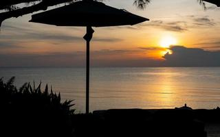 landskap av relaxområdet för att njuta av solnedgången på stranden foto