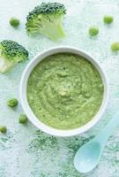 ekologisk grön broccoli-puré med ingredienser foto