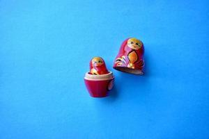 röd matrioshka docka på den blå bakgrunden foto