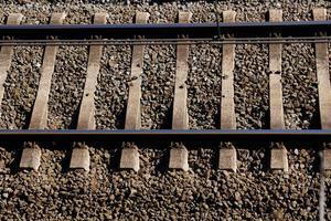 tågjärnvägsspår i stationen foto