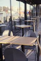 den öde terrassen på det stängda caféet under pandemin foto