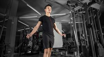 sport man utbildning gör övning i gymmet foto