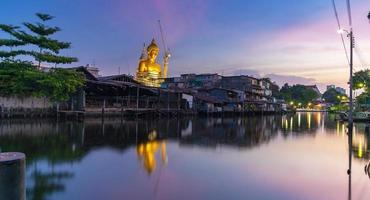 stor buddha staty i Thailand vid solnedgången foto