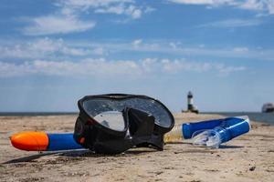 maskera och snorkla på piren vid havssemestern och resa foto