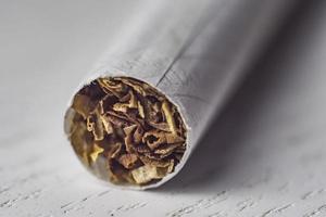 cigarettmakro på vit bakgrundsbild foto