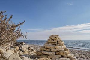 balanserande cairn pyramid på stranden tapet foto