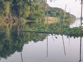 vackert naturlandskap av floden i sydöstra Asien tropisk grön skog med berg i bakgrunden foto