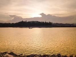 vackert landskap med båtar foto