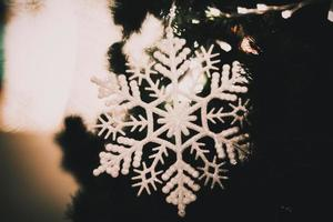 magisk holidayct gr bakgrund med blinkande fallande snöflingor på vit bakgrund för julbelysning foto