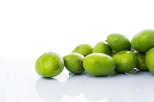 närbild mangifera mango på vitt foto