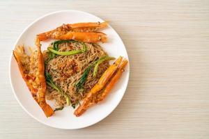 rör stekt ris vermicelli och vattenmimosa med flodräkor foto