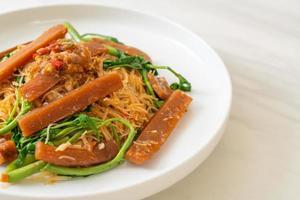 rör stekt ris vermicelli och vatten mimosa med inlagd bläckfisk foto
