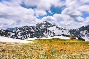 utsikt över Monte Arera i Brembana Valley Bergamo Lombardiet Italien på våren foto