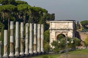 turister som besöker den arkeologiska platsen för det romerska forumet i Rom Italien foto