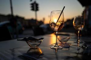 en solnedgång på ett kafé i pisa foto