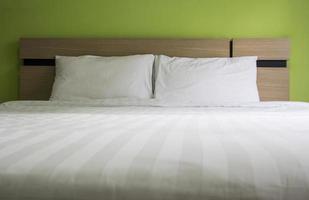 säng i sovrummet foto
