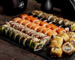 sushi och rullar med sås på bordet foto