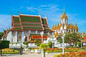 wat ratchanatdaram loha prasat tempel i bangkok thailand foto