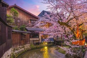 nattsikt över floden shirakawa i gion foto