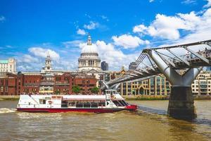 St Paul Cathedral vid floden Themsen i London, Storbritannien foto