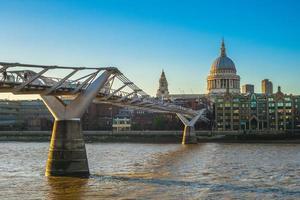 St Paul Cathedral vid Themsen i London, Storbritannien foto