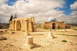 monumental gateway of umayyad palace på citadel hill i amman, jordanien foto