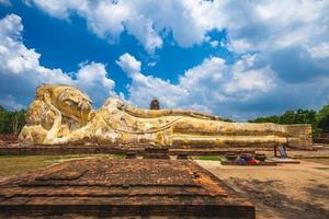 phra middag vilande buddha vid wat lokayasutharam i Ayutthaya, Thailand foto