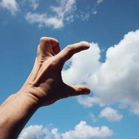 handen gester i himlen foto