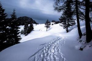 spår genom snö och moln foto