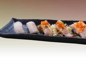 färsk japansk laxsushi på lång maträtt foto