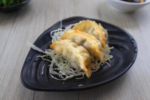 färska pannstekta klimpar på maträtten foto