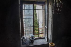 ljus går in i gamla fönster foto