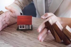 skydda huset från att falla över träklossarna foto