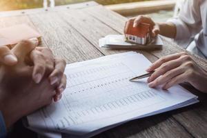 fastighetsmäklare eller bankansvarig beskriver låneräntan till kunden foto
