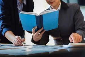 affärskonsulter som använder anteckningsboken foto