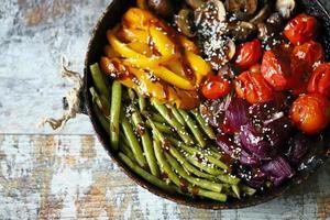bakade grönsaker i en stekpanna foto
