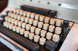 föråldrad klassisk skrivmaskin med thai tangentbord foto