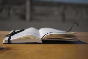 anteckningsbok på bordet i naturen foto