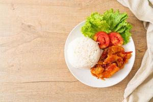 stekt fisk toppad av 3 smaker chilisås med ris foto