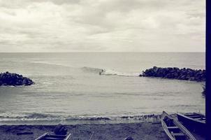 svarta och vita surfbryggor foto